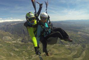 Volando en parapente con el Cerro Huenes al fondo