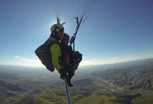 Contraluz volando en parapente en el valle de Cenes