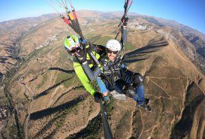 Pilota un parapente ayudado por un profesional