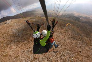 Volando junto a mas parapentes en la Sierra de Loja